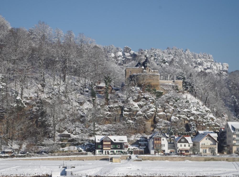 Blick auf die Burg im Schnee