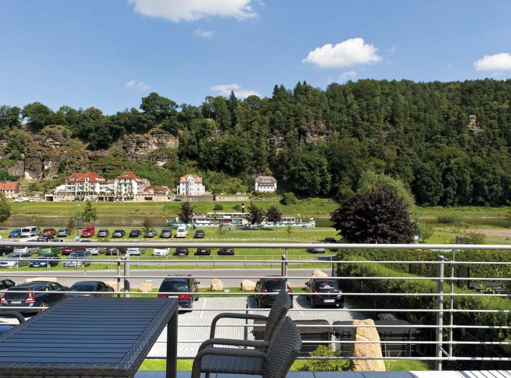 Terrasse mit Blick auf die Elbe und Schiff